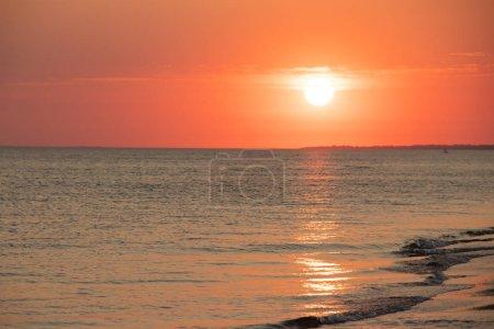 Photo pour Coucher de soleil d'été coloré dramatique sur mer calme, concept de détente - image libre de droit