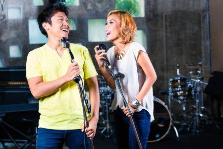 Photo pour Musicien professionnel asiatique, nouvelle chanson ou un album Cd en studio d'enregistrement - image libre de droit
