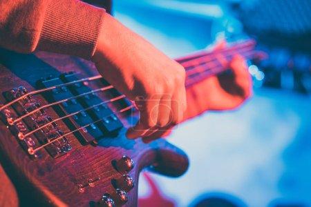 Photo pour Joueur de guitare en face de l'amplificateur, jouer de la musique - image libre de droit