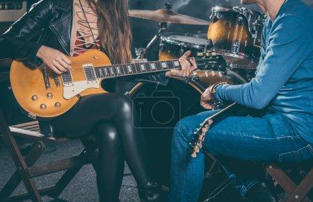 Photo pour Professeur de musique de guitare aidant son élève à jouer, gros plan sur les mains - image libre de droit