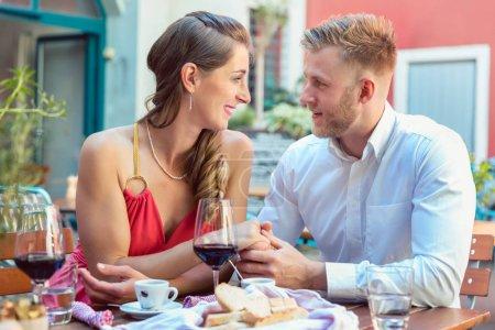 Photo pour Beau jeune couple à un rendez-vous au restaurant se regardant - image libre de droit