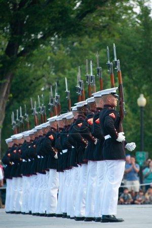 Photo pour Le défilé du coucher du soleil du Corps des Marines mettant en vedette le peloton d'exercices silencieux - image libre de droit