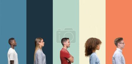 Photo pour Groupe de personnes sur fond de couleurs vintage regardant vers le côté, pose de profil relax avec visage naturel avec sourire confiant . - image libre de droit