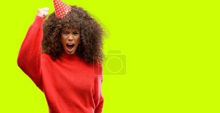 Photo pour Femme afro-américaine célèbre anniversaire ennuyé et frustré crier avec colère, fou et crier avec la main levée, concept de colère - image libre de droit