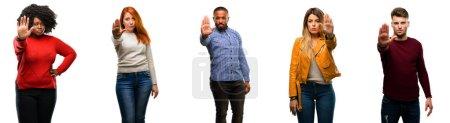 Photo pour Groupe de personnes cool, femme et homme agacé avec une mauvaise attitude faisant stop signe avec la main, disant non, exprimant la sécurité, la défense ou la restriction, peut-être pousser - image libre de droit
