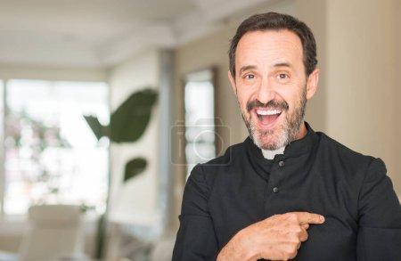 Photo pour Prêtre chrétien homme avec visage surpris pointant du doigt vers lui-même - image libre de droit
