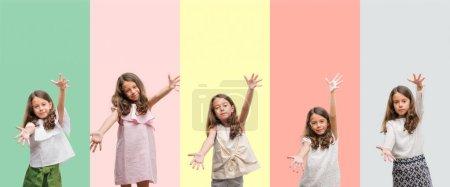 Photo pour Collage de brune hispanique fille portant différentes tenues regardant la caméra souriant à bras ouverts pour étreindre. Expression joyeuse embrassant le bonheur . - image libre de droit