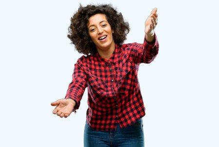 Photo pour Belle femme arabe confiante et heureuse avec un grand sourire naturel geste de bienvenue - image libre de droit