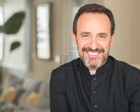 Photo pour Prêtre chrétien homme avec un visage heureux debout et souriant avec un sourire confiant montrant les dents - image libre de droit