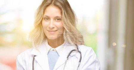Photo pour Jeune médecin femme, professionnel de la santé confiant et heureux avec un grand sourire naturel en riant - image libre de droit