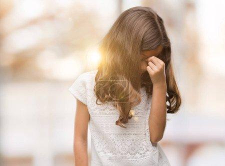 Photo pour Fille brune hispanique fatiguée se frottant le nez et les yeux, sensation de fatigue et maux de tête. Notion de stress et de frustration. - image libre de droit