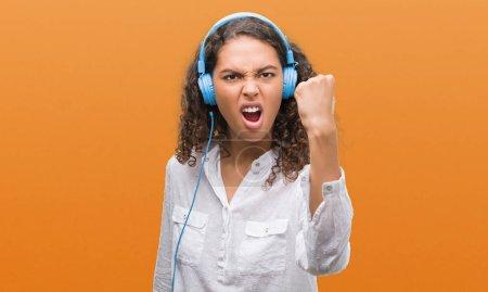 Photo pour Jeune femme hispanique portant criant agacé et frustré de casque avec colère, fou et criant à main levée, notion de colère - image libre de droit