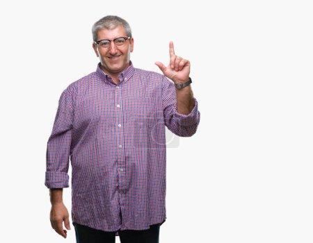 Photo pour Bel homme senior lunettes au doigt pointé fond isolé vers le haut avec une idée réussie. Quittés et heureux. Number one. - image libre de droit