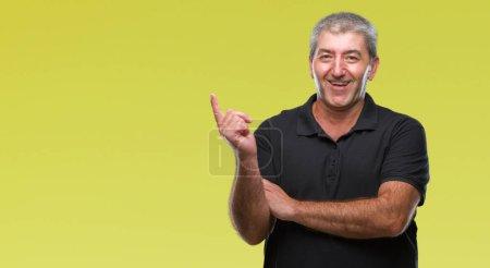 Photo pour Bel homme senior sur fond isolé avec un grand sourire sur le visage, pointant avec la main et des doigts sur le côté en regardant la caméra. - image libre de droit