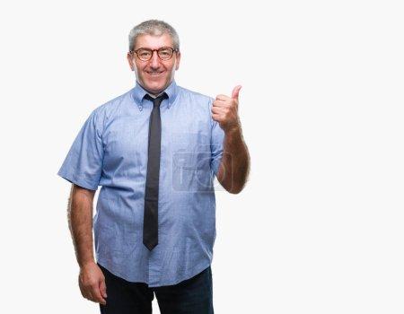 Photo pour Homme d'affaires sénior beau sur fond isolé souriant avec le visage heureux regardant et pointant vers le côté avec le pouce vers le haut . - image libre de droit