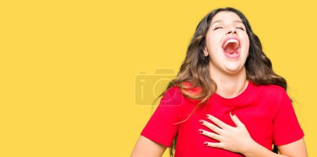 Photo pour Jeune belle femme portant un t-shirt décontracté Souriant et riant fort à haute voix parce que drôle blague folle. Bonne expression . - image libre de droit