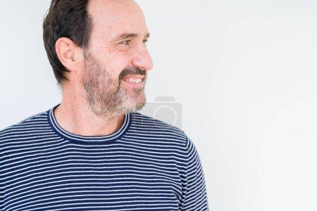 Photo pour Beau vieillard sur fond isolé regardant de l'autre côté avec le sourire sur le visage, expression naturelle. Rire confiant . - image libre de droit