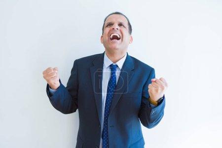 Moyen Age homme d'affaires célébrant et criant heureux pour sucer