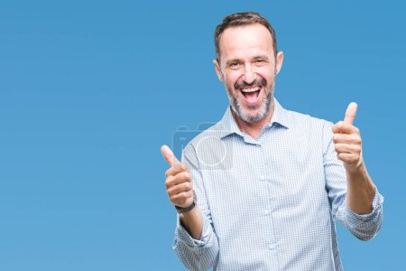 Photo pour Moyen âge hoary homme d'affaires senior sur fond isolé signe de succès faire geste positif avec la main, pouces levés souriant et heureux. En regardant la caméra avec une expression joyeuse, geste gagnant . - image libre de droit