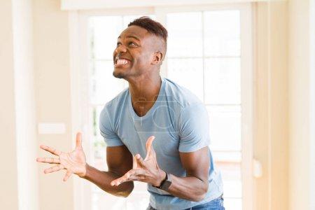 Afro-américain homme crier très excité et célébrer sucer