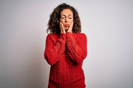Photo pour Femme brune d'âge moyen portant un pull décontracté debout sur un fond blanc isolé Mains fatiguées couvrant le visage, dépression et tristesse, bouleversées et irritées par le problème - image libre de droit
