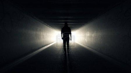 Photo pour L'homme marche dans le tunnel vers la lumière - image libre de droit