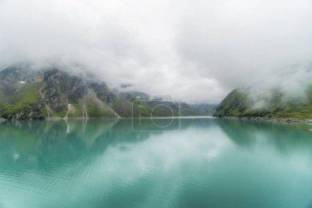 Photo pour Incroyable scène tranquille du lac dans les montagnes avec aquarelle émeraude - image libre de droit