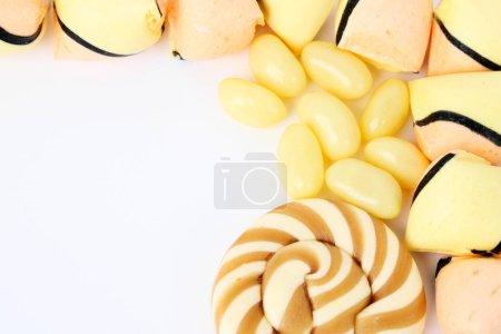 Photo pour Bonbons multicolores sur fond blanc - image libre de droit