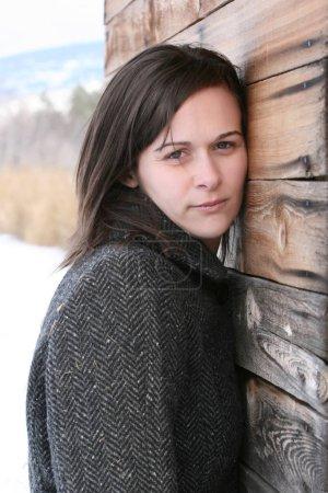 Photo pour Femme brune adulte en milieu rural - image libre de droit