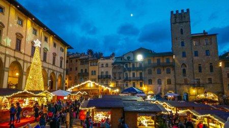 Photo pour AREZZO, ITALIE - 17 NOVEMBRE 2018 : Marché de Noël et arbre sur la Piazza Grande d'Arezzo, Toscane, Italie - image libre de droit