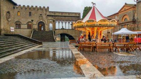 Photo pour VITERBO, ITALIE - 25 NOVEMBRE 2018 : Beau carrousel lumineux sur la place principale de Viterbe au village de Noël de Caffeina - image libre de droit