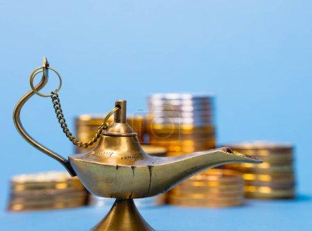 Photo pour Lampe magique de souhaits avec la fumée qui sort de la lampe - image libre de droit