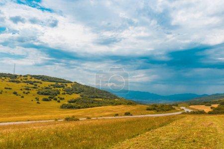 Foto de Ver verano en las montañas de georgia. Descubrir el mundo del concepto de belleza - Imagen libre de derechos