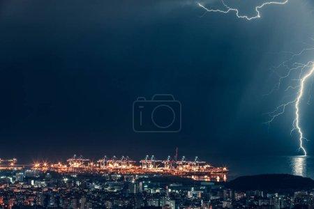 Foto de Relámpago sobre la ciudad de noche, paisaje nocturno mágico hermoso cerca del mar, rayos, Beirut, Líbano - Imagen libre de derechos