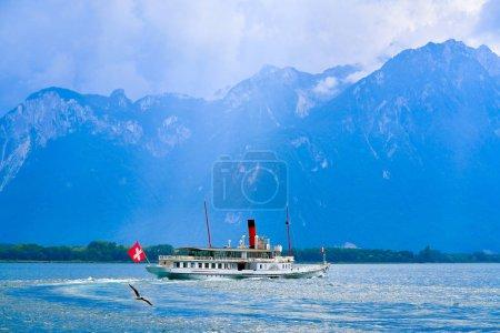Photo pour Geneve Lake Leman Bateau à vapeur Genève à pagaie Suisse avec drapeau suisse - image libre de droit