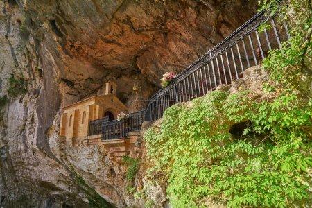 Covadonga Santa Cueva un sanctuaire catholique cave dans les Asturies, près des montagnes de Picos d'europa