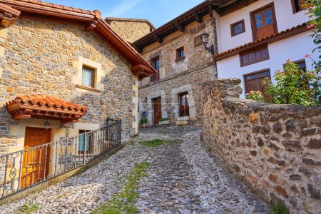 Photo pour Façades de village de Potes en Cantabrie d'Espagne - image libre de droit