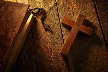 Photo pour Croix chrétienne sur bible en bois et perles de chapelet sur fond vintage en bois - image libre de droit