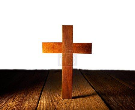 Photo pour Croix en bois chrétienne sur fond blanc et en bois - image libre de droit