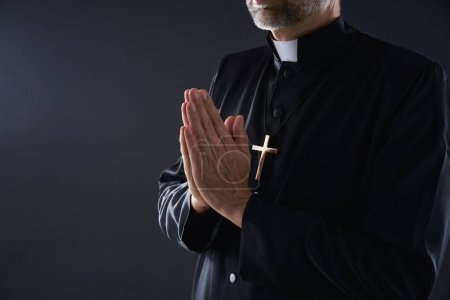 Photo pour Prêtre mains priantes portrait du pasteur masculin - image libre de droit