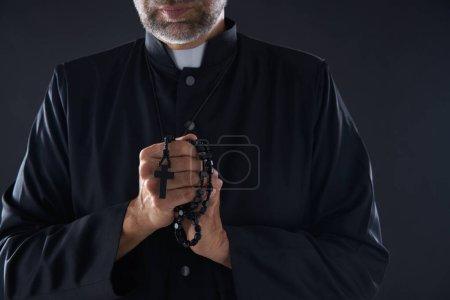 Photo pour Prêtre mains priantes avec chapelet mâle - image libre de droit