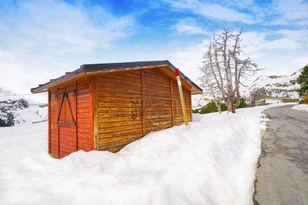 Photo pour Maison de neige PAL en journée ensoleillée Andorre Pyrénées - image libre de droit