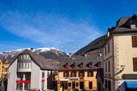 Photo pour Vielha également village de Viella à Lerida Catalogne de l'Espagne Vallée d'Aran dans les Pyrénées - image libre de droit