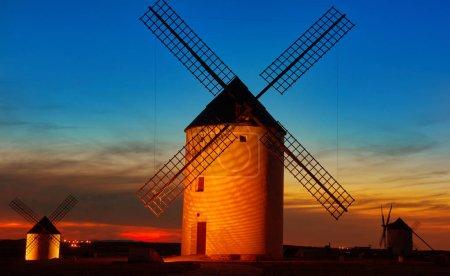 Photo pour Mota del Cuervo, moulins à vent à Cuenca, en Castille la Mancha, Espagne - image libre de droit