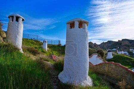 Photo pour Guadix maisons grottes cheminées à Grenade Espagne à Andalousie - image libre de droit