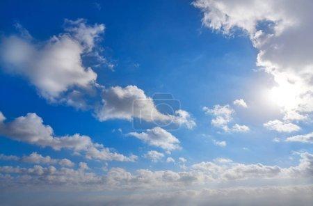 Photo pour Ciel bleu avec des nuages blancs fond - image libre de droit