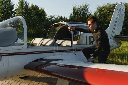 Photo pour Un jeune pilote se prépare au décollage en avion privé. - image libre de droit