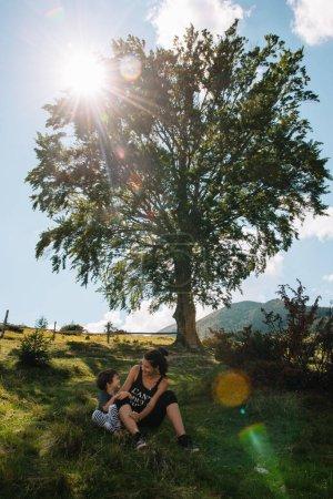 Photo pour Jeune maman avec bébé garçon voyageant. Mère en randonnée aventure avec enfant, voyage en famille en montagne. Parc National. Randonnée avec les enfants. Vacances d'été actives. lentille Fisheye - image libre de droit