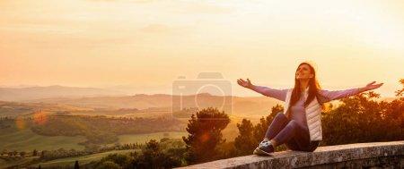 Photo pour Femme heureuse libre jouissant de la nature. Concept de liberté. Beauté fille sur ciel et soleil - image libre de droit