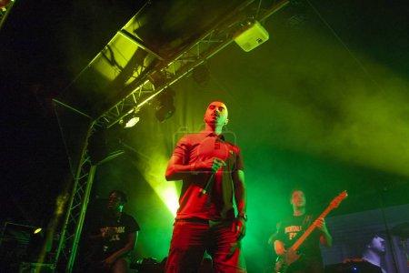 Photo pour Faro (Portugal): 2 septembre 2018 - groupe de musique, Bispo, effectue sur Festival F, une grande fête sur la ville de Faro, Portugal. - image libre de droit
